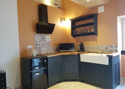cuisine tout équipée : frigo, plaque induction, micro-ondes multifonctions, machine à café, bouilloire, grill- pain, vaisselle
