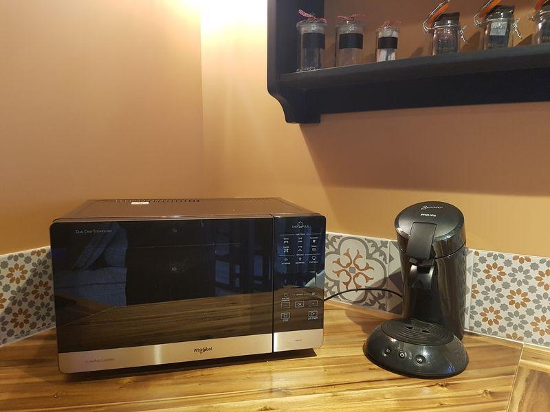 micro-ondes et cafetière Senseo cusine équipée